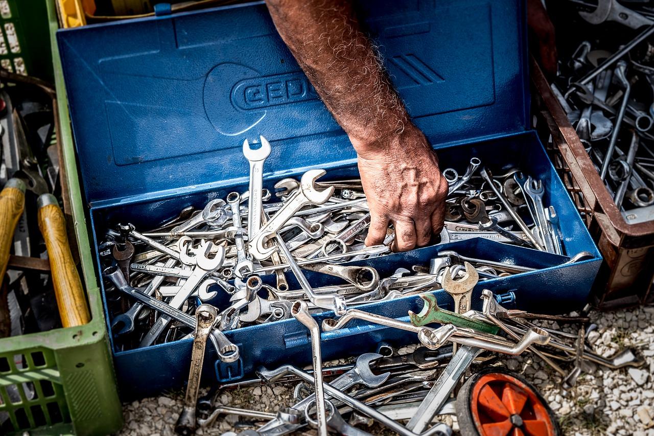 Que contenir dans sa boîte à outils à moto ?